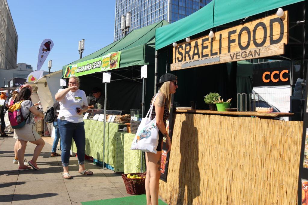 ヴィーガン仕様のイスラエル料理のお店もベルリンヴィーガンフェス会場中央に
