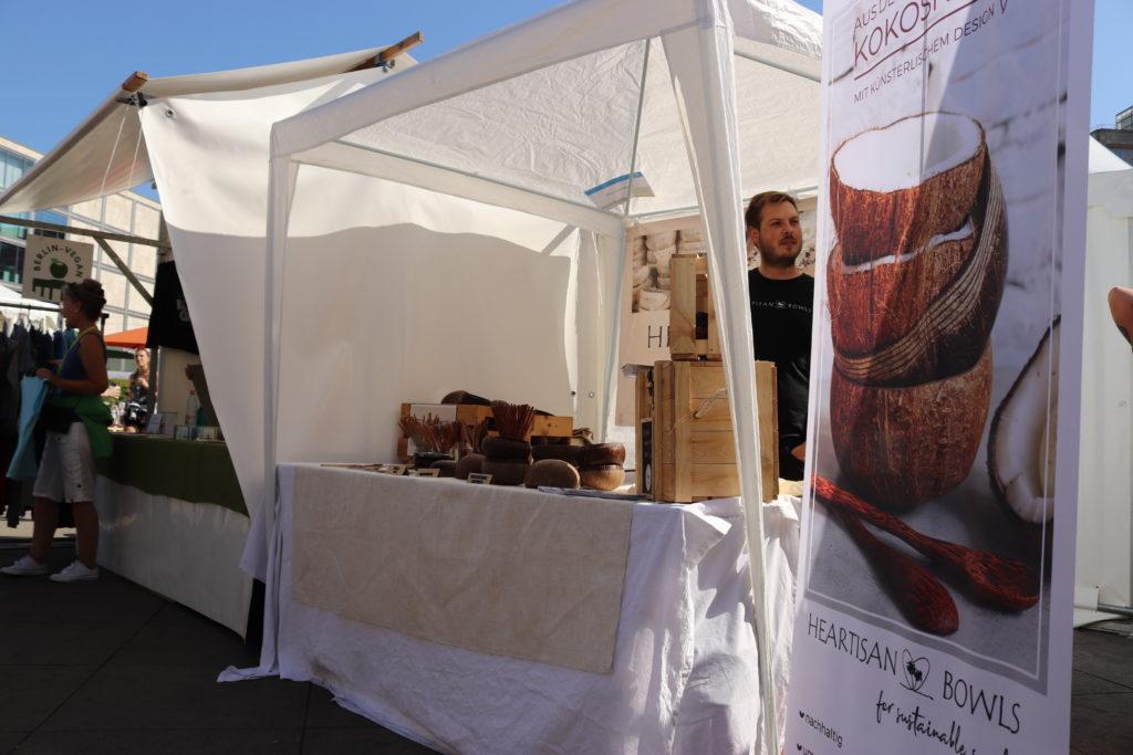 ベルリンヴィーガンフェスの自然素材から作られた食器の販売ブース
