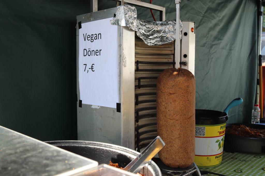 ベルリンヴィーガンフェスでの回転肉焼機にセットされたべジミート
