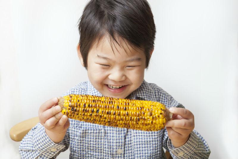世界マザーサロンオンライン子育て座談会:おやつを美味しそうに食べる男の子